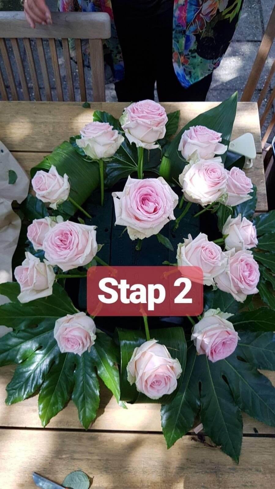 Bloemschikken, voorbeeld, rouwstuk, in stappen, bloemen,