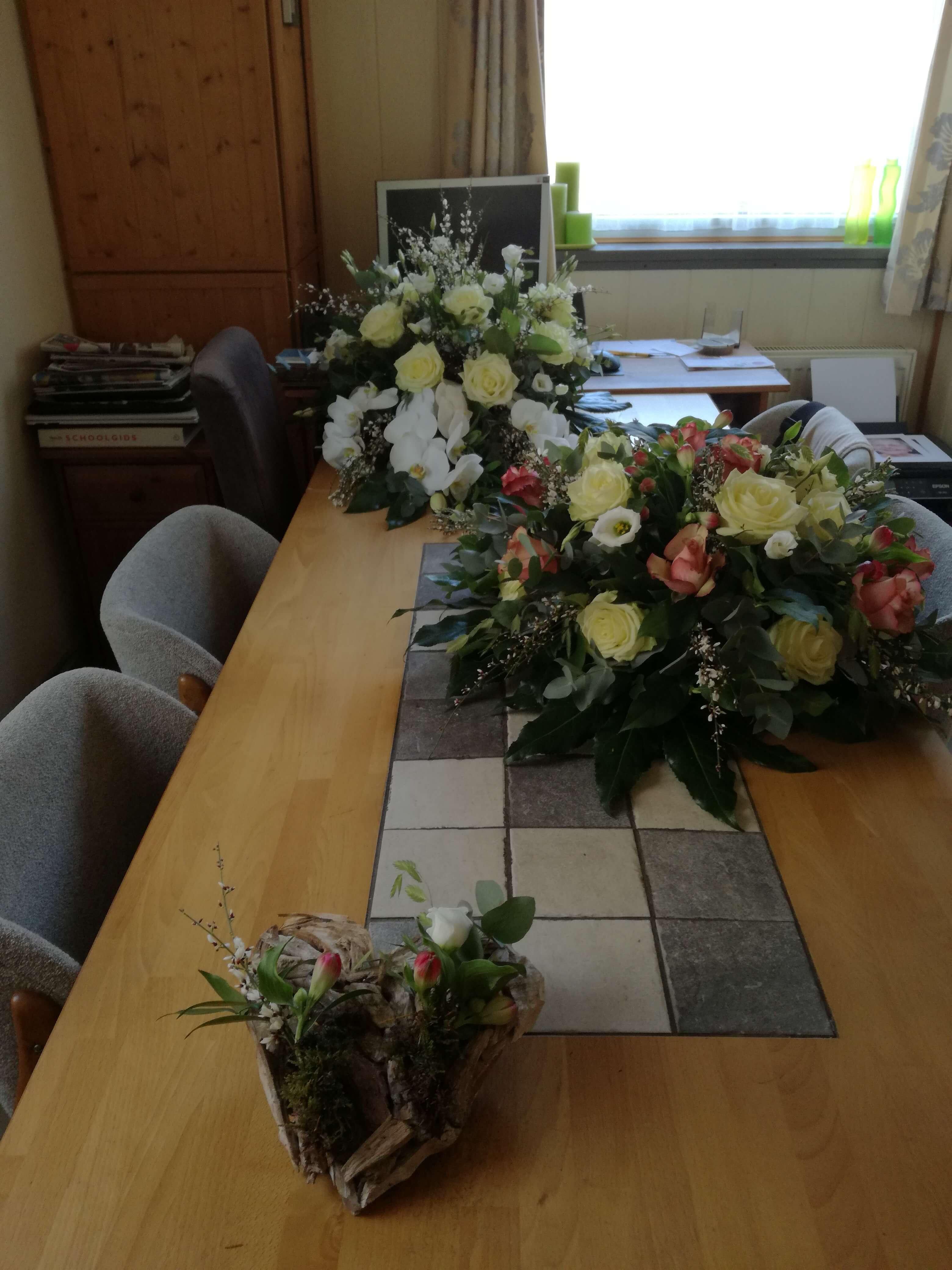 Bloemen, rouwstuk, , familie, bloemschikken, samen, bloemen, kinderen, kleinkinderen, achterkleinkinderen